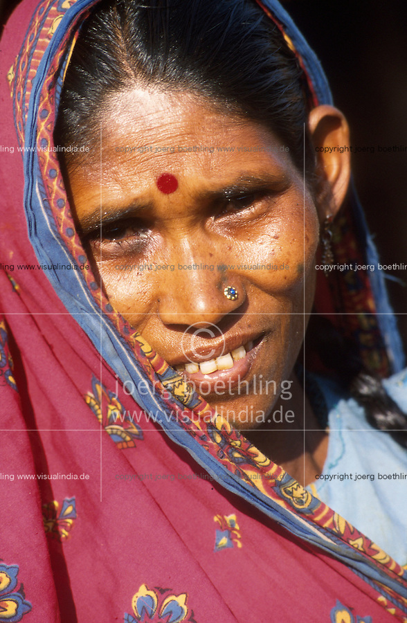 INDIA, Narmada dams, adivasi woman in village Domkhedi which will be affected by Narmada dam Sardar Sarovar / INDIEN Adivasi Frau , die indischen Ureinwohner , im Dorf Domkhedi am Fluss Narmada, das durch den Sardar Sarovar Staudamm ueberschwemmt werden wird