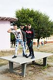 Jungs aus der 8. Klasse auf dem gemeinsamen Pausenhof der Waldorfschule und der Gesamtschule. / Eine der 25 Waldorfschulen Rumäniens liegt in dem fast ausschließlich von Roma bewohnten Dorf Rosia in der Mitte des Landes. Anders als in Deutschland kommen die Schüler nicht aus bürgerlichen Familien, sondern meist aus einfachen Verhältnissen.