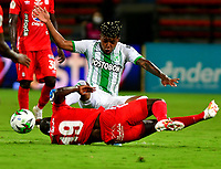 MEDELLIN-COLOMBIA, 18-10-2020: Cristian Blanco de Atletico Nacional y Luis Paz de America de Cali disputan el balon, durante partido de la fecha 15 entre Atletico Nacional y America de Cali, por la Liga BetPLay DIMAYOR 2020, jugado en el estadio Atanasio Girardot de la ciudad de Medellin. / Cristian Blanco of Atletico Nacional and Luis Paz of America de Cali figth for the ball, during a match of the 15th date between Atletico Nacional and America de Cali, for the BetPLay DIMAYOR League 2020 played at the Atanasio Girardot Stadium in Medellin city. / Photo: VizzorImage / Luis Benavides / Cont.