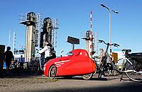 Nederland - Assendelft -  2020.    Pont Buitenhuizen. Coronaproof de pont op in een overdekte fiets.  Foto : ANP/ Hollandse Hoogte / Berlinda van Dam