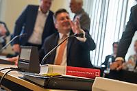 Sondersitzung Innenausschuss des Berliner Abgeordnetenhauses am Montag den 17. September 2018.<br /> Die Oppositionsfraktionen CDU und FDP hatten die Sitzung beantragt, da sie die Ernennung der frueheren Polizei-Vizepraesidentin Margarete Koppers zur Generalstaatsanwaeltin scharf kritisieren. Dem InnensenatorAndreas Geisel (SPD) wird vorgeworfen, ein Disziplinarverfahren gegen die fruehere Polizei-Vizepraesidentin unterbunden zu haben. Gegen Koppers laufen Ermittlungen Wegen der vergifteten Polizei-Schiessstaende. Ihr wird vorgeworfen, als Polizei-Vizepraesidentin zu wenig gegen die schadstoffbelasteten Schiessstaende getan zu haben. Erst Anfang September starb ein Schiesstrainer.<br /> Im Bild: Auf dem Platz des Ausschussvorsitzenden liegt ein Exemplar der Verfassung des Landes Berlin.<br /> 17.9.2018, Berlin<br /> Copyright: Christian-Ditsch.de<br /> [Inhaltsveraendernde Manipulation des Fotos nur nach ausdruecklicher Genehmigung des Fotografen. Vereinbarungen ueber Abtretung von Persoenlichkeitsrechten/Model Release der abgebildeten Person/Personen liegen nicht vor. NO MODEL RELEASE! Nur fuer Redaktionelle Zwecke. Don't publish without copyright Christian-Ditsch.de, Veroeffentlichung nur mit Fotografennennung, sowie gegen Honorar, MwSt. und Beleg. Konto: I N G - D i B a, IBAN DE58500105175400192269, BIC INGDDEFFXXX, Kontakt: post@christian-ditsch.de<br /> Bei der Bearbeitung der Dateiinformationen darf die Urheberkennzeichnung in den EXIF- und  IPTC-Daten nicht entfernt werden, diese sind in digitalen Medien nach §95c UrhG rechtlich geschuetzt. Der Urhebervermerk wird gemaess §13 UrhG verlangt.]