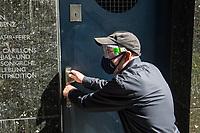Der Carillonneur Jeffrey Bossin, geb. 1950 in Santa Monica/Kalifornien, am Eingang zum Glockenturm im Berliner Tiergarten.<br /> Auf Initiative von Bossin wurde der Glockenturm mit seinem Carillon, einem von Hand spielbaren Glockenspiel, zur 750 Jahr-Feier im Ortsteil Tiergarten errichtet.<br /> Wegen der Corona-Pandemie traegt Jeffrey Bossin eine Schutzmaske und Schutzbrille.<br /> 7.9.2020, Berlin<br /> Copyright: Christian-Ditsch.de<br /> NUR FUER REDAKTIONELLE ZWECKE! Werbung nur auf Anfrage beim Fotografen. [Inhaltsveraendernde Manipulation des Fotos nur nach ausdruecklicher Genehmigung des Fotografen. Vereinbarungen ueber Abtretung von Persoenlichkeitsrechten/Model Release der abgebildeten Person/Personen liegen nicht vor. NO MODEL RELEASE! Don't publish without copyright Christian-Ditsch.de, Veroeffentlichung nur mit Fotografennennung, sowie gegen Honorar, MwSt. und Beleg. Konto: I N G - D i B a, IBAN DE58500105175400192269, BIC INGDDEFFXXX, Kontakt: post@christian-ditsch.de<br /> Bei der Bearbeitung der Dateiinformationen darf die Urheberkennzeichnung in den EXIF- und  IPTC-Daten nicht entfernt werden, diese sind in digitalen Medien nach §95c UrhG rechtlich geschuetzt. Der Urhebervermerk wird gemaess §13 UrhG verlangt.]
