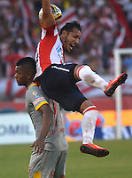 BARRANQUILLA-COLOMBIA, 6-DICIEMBRE-2015. Juan Dominguez jugador del Atlético Junior  disputa el balón  contra Miguel Borja del Independiente Santa Fe durante el encuentro  por los cuartos de final vuelta  de la Liga Aguila II 2015 jugado en el estadio Metropolitano   de la ciudad de Barranquilla ./ Juan Dominguez  player of Atletico Junior   fights the ball  against Miguel Borja of Independiente Santa Fe   during  match between Atletico Junior  vs Independiente Santa Fe the quarterfinals of the Liga Aguila  2015  played in the Metropolitano  stadium in  Barranquilla . Photo: VizzorImage / Alfonso Cervantes / Contribuidor