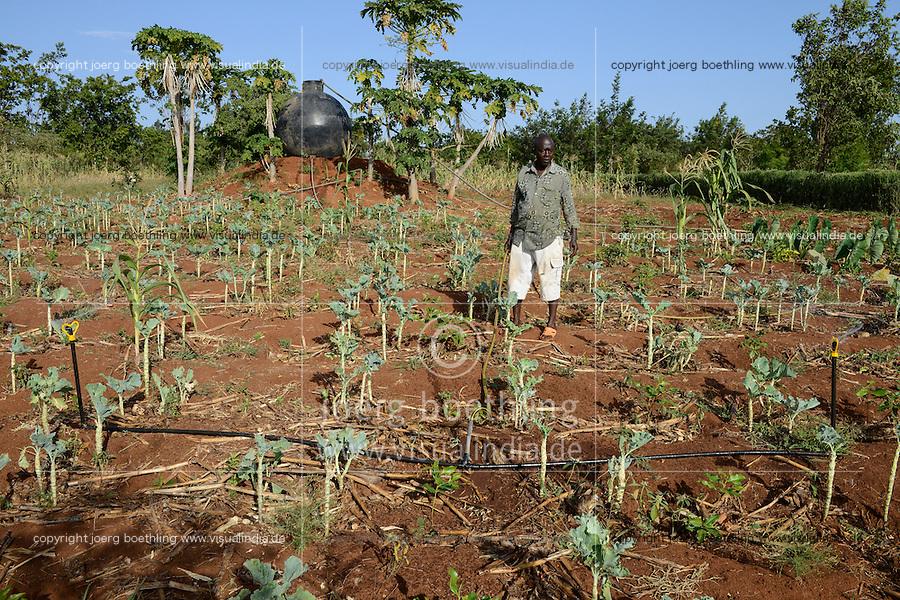 KENYA, Mount Kenya East, Region South Ngariama , farmer irrigates Khat and vegetable plants with sprinkler system / KENIA, Farmer betreibt eine Sprenklerbewaesserung von einem kugelfoermigen Wassertank, Bewaesserung der Kaudroge Khat und Gemuese Pflanzen