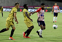 BARRANQUILLA-COLOMBIA, 20-09-2020: Luis Gonzalez de Atletico Junior y Jhon Freddy Salazar, Jonny Mosquera de Rionegro Aguilas Doradas disputan el balon, durante partido entre Atletico Junior y Rionegro Aguilas Doradas, de la fecha 9 por la Liga BetPlay DIMAYOR I 2020, jugado en el estadio Romelio Martinez de la ciudad de Barranquilla. / Luis Gonzalez of Atletico Junior and Jhon Freddy Salazar, Jonny Mosquera of Rionegro Aguilas Doradas battle for the ball, during a match between Atletico Junior and Rionegro Aguilas Doradas of the 9th date for the BetPlay DIMAYOR I Leguaje 2020 played at the Romelio Martinez Stadium in Barranquilla city. / Photo: VizzorImage / Jairo Cassiani / Cont.