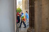 Mehrere hundert Menschen demonstrierten am 1. September 2016 in Berlin anlaesslich des 77. Jahrestages des Ueberfalls Deutschlands auf Polen und damit dem Beginn des 2. Weltkrieg. Sie bildeten mit Transpatenten, Fahnen und Schildern eine Menschenketten zwischen dem Brandenburger Tor und der Russischen Botschaft.<br /> 1.9.2016, Berlin<br /> Copyright: Christian-Ditsch.de<br /> [Inhaltsveraendernde Manipulation des Fotos nur nach ausdruecklicher Genehmigung des Fotografen. Vereinbarungen ueber Abtretung von Persoenlichkeitsrechten/Model Release der abgebildeten Person/Personen liegen nicht vor. NO MODEL RELEASE! Nur fuer Redaktionelle Zwecke. Don't publish without copyright Christian-Ditsch.de, Veroeffentlichung nur mit Fotografennennung, sowie gegen Honorar, MwSt. und Beleg. Konto: I N G - D i B a, IBAN DE58500105175400192269, BIC INGDDEFFXXX, Kontakt: post@christian-ditsch.de<br /> Bei der Bearbeitung der Dateiinformationen darf die Urheberkennzeichnung in den EXIF- und  IPTC-Daten nicht entfernt werden, diese sind in digitalen Medien nach §95c UrhG rechtlich geschuetzt. Der Urhebervermerk wird gemaess §13 UrhG verlangt.]