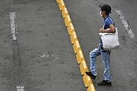 CALI - COLOMBIA, 14-04-2020: Un hombre espera el llamado durante la jornada de repatriación de 215 venezolanos hacía su país desde Cali en el día 22 de la cuarentena total en el territorio colombiano causada por la pandemia  del Coronavirus, COVID-19. / A man awaits the call during the repatriation journey of 215 Venezuelans to their country from Cali during the day 22 of total quarantine in Colombian territory caused by the Coronavirus pandemic, COVID-19. Photo: VizzorImage / Gabriel Aponte / Staff