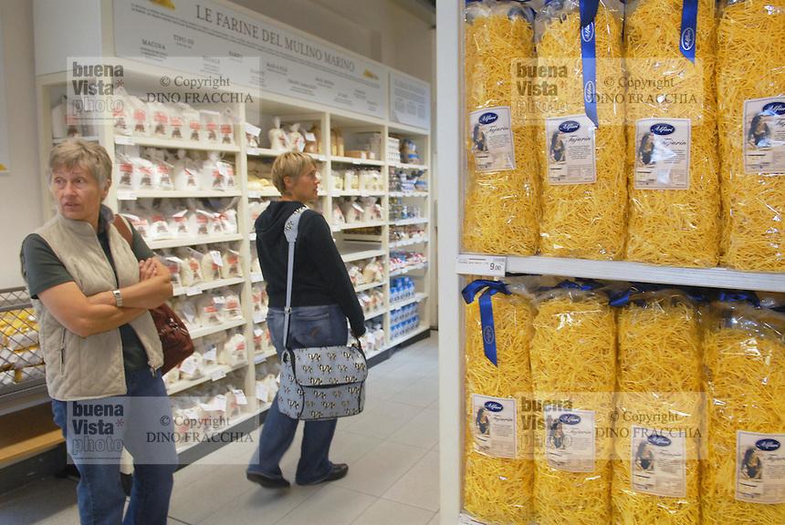 - Eataly, market for the sale of quality Italian food, department pasta and spaghetti<br /> <br /> - Eataly, market per la vendita del cibo italiano di qualità, reparto pasta e spaghetti