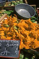 France/06/Alpes Maritimes/Nice: Cours Saleya, fleurs de courgettes sur le marché