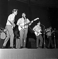 Les Beach Boys en concert , arena Maurice-Richard. 19 fevrier 1965. De gauche ˆ droite : Glen Campbell (qui remplace Brian Wilson), Carl Wilson, Al Jardine et Mike Love.