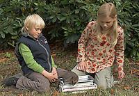 Kinder wiegen einen Igel im Herbst, Europäischer Igel, Westigel, Braunbrustigel, Igelschutz, Igel-Schutz, Igelhilfe, Erinaceus europaeus, Western hedgehog, Hérisson d`Europe de l`Ouest