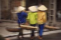 Asie/Vietnam/Haiphong: retour des marchandes des rues avec leurs palanches vides