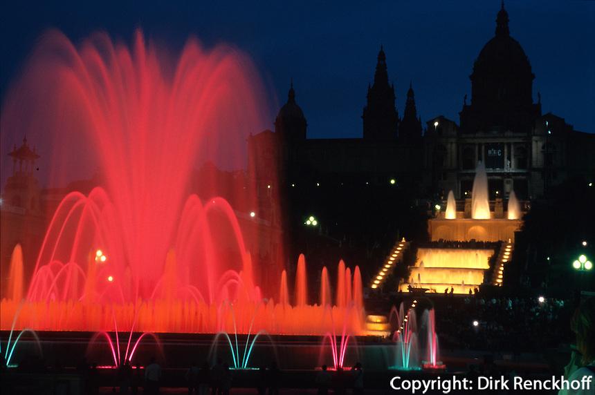 Spanien, Katalonien, Barcelona, iluminierter Brunnen vor dem Palau Nacional