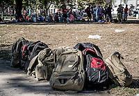 Belgrado, parco della stazione dei bus, zainetti di migranti  backpack