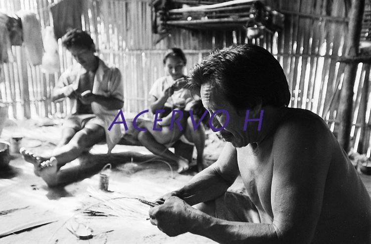 Índio Werekena Bartolo Cândido e família, moradores  da comunidade de Anamoim no alto rio Xié,começa com sua família o trabalho de beneficiamento da piaçaba (Leopoldínia píassaba Wall), para trnsformá-la em artesanato . A fibra  um dos principais produtos geradores de renda na região é  coletada de forma rudimentar. Até hoje é utilizada na fabricação de cordas para embarcações, chapéus, artesanato e principalmente vassouras, que são vendidas em várias regiões do país.<br />Alto rio Xié, fronteira do Brasil com a Colombia a cerca de 1.000Km oeste de Manaus.<br />06/06/2002.<br />Foto: Paulo Santos/Interfoto Expedição Werekena do Xié<br /> <br /> Os índios Baré e Werekena (ou Warekena) vivem principalmente ao longo do Rio Xié e alto curso do Rio Negro, para onde grande parte deles migrou compulsoriamente em razão do contato com os não-índios, cuja história foi marcada pela violência e a exploração do trabalho extrativista. Oriundos da família lingüística aruak, hoje falam uma língua franca, o nheengatu, difundida pelos carmelitas no período colonial. Integram a área cultural conhecida como Noroeste Amazônico. (ISA)