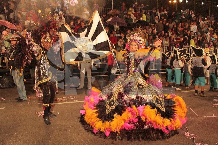 CURITIBA, PR, 06 DE MARÇO DE 2011 – ACADÊMICOS DA REALEZA – CURITIBA – Aconteceu na noite de sábado (5), na avenida Cândido de Abreu, desfile carnavalesco. A folia começou com a apresentação dos blocos Afoxé, Derrepent e Rancho das Flores. Com chuva, a escola Acadêmicos da Realeza encerrou o desfile do Grupo A. O resultado sai na tarde desse domingo (6). (FOTO: ROBERTO DZIURA JR./ NEWS FREE)