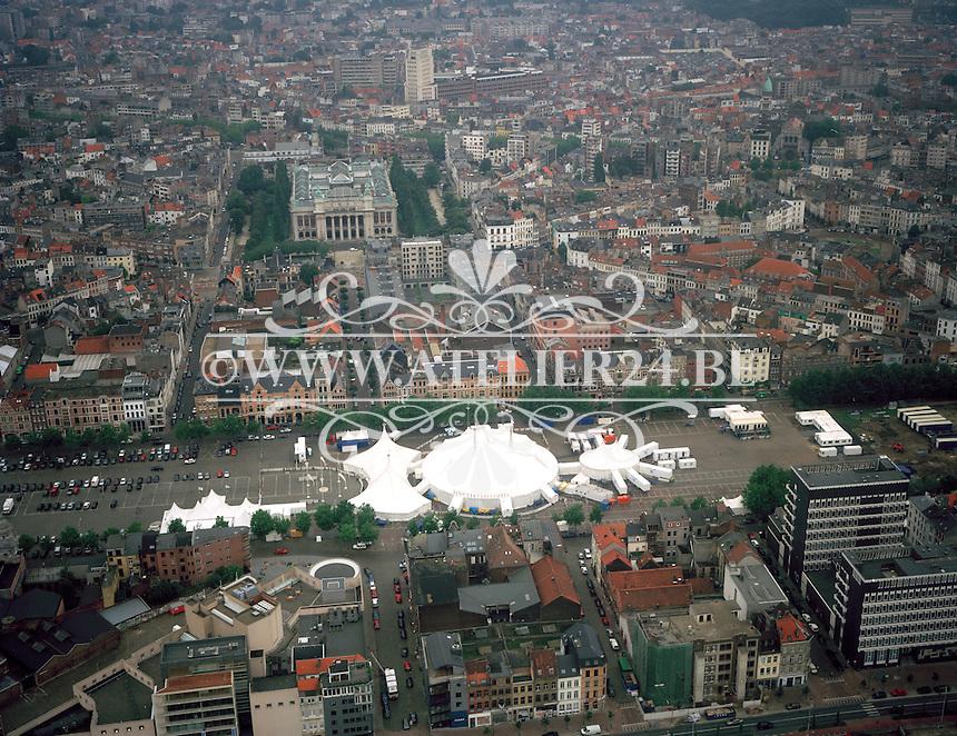September 1998. Circustent op de Vlaamse- en Waalse Kaai in Antwerpen met op de achtergrond het Museum van Schone Kunsten.