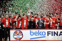 Giorgio Armani festeggia con la squadra tenendo la coppa <br /> Milano 21/02/2016 -  Beko Final Eight coppa Italia di basket / Sidigas Avellino-EA7 Emporio Armani Milano / foto Daniele Buffa/Image Sport/Insidefoto<br /> nella foto: EA7 coppa