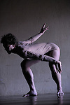 Unum<br /> <br /> Choregraphie : Thibaud Le Maguer<br /> Avec : Thibaud Le Maguer<br /> création du prototype de costume : Angèle Mignot<br /> Compositeur : Daniel Zea<br /> Cadre : Cursus Transforme<br /> Lieu : Fondation Royaumont<br /> Ville : Asniere sur Oise<br /> Le : 13 12 2009<br /> © Laurent PAILLIER / photosdedanse.com<br /> All rights reserved<br /> Un corps au sol se déploie dans la durée accompagné d'une musique entêtante. Très vite, il semble être plusieurs corps, composé de fragments autonomes, indépendants. Le travail de Thibaud Le Maguer explore l'aspect protéiforme du corps et propose sa découpe. En maniant une danse précise et virtuose, il entend décaler la perception et entraîner dans le vertige de la dissociation. Une image soudain surgit d'un mouvement pourtant continu et invite l'imaginaire du spectateur à construire sa propre perception.