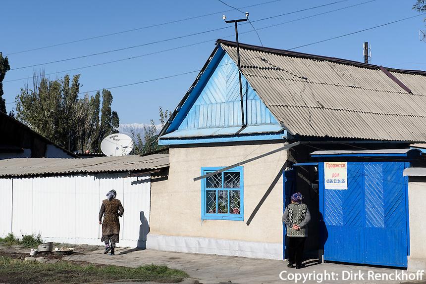 Straße in Karakol, Kirgistan, Asien<br /> Street in Karakol, Kirgistan, Asia