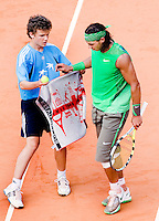 28-5-08, France,Paris, Tennis, Roland Garros,  Rafael Nadal gets his towel from a ballboy at changeover.