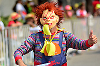 BARRANQUILLA - COLOMBIA, 02-03-2019: Un participante disfrazado anima la fiesta durante el desfile Batalla de Flores del Carnaval de Barranquilla 2019, patrimonio inmaterial de la humanidad, que se lleva a cabo entre el 2 y el 5 de marzo de 2019 en la ciudad de Barranquilla. / A participant with a custom cheers the party during the Batalla de las Flores as part of the Barranquilla Carnival 2019, intangible heritage of mankind, that be held between March 2 to 5, 2019, at Barranquilla city. Photo: VizzorImage / Alfonso Cervantes / Cont.