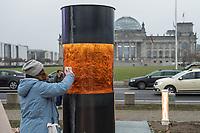 """Das """"Zentrum fuer politische Schoenheit"""" hat am Montag den 2. Dezember 2019 im Berliner Regierungsviertel ein Mahnmal mit der Asche von in Auschwitz ermordeten Opfern Hitlerdeutschlands errichtet. Die Asche stammt von einem Damm in der Naehe des Ortes Hamerse, der aus den Ueberresten der Ermordeten von den Deutschen errichtet wurde.<br /> Das """"Zentrum fuer politische Schoenheit"""", ZPS, hat die Asche in das Regierungsviertel ueberfuehrt, um eine """"Gedenkstaette gegen Verrat an der Demokratie"""" zu errichten.<br /> Auf einer Tafel vor der """"Widerstandssaeule"""" stehen die Namen von Abgeordneten der CDU- und CSU-Bundestagsfraktion, die nach Willen des ZPS vor der Asche geloben sollen, dass sie niemals mit Hilfe oder Duldung der rechtsradikalen Partei """"Alternative fuer Deutschland"""", AfD, eine Regierung bilden und """"jeden Versuch der Diktatur im Kein ersticken"""" werden. Mitglieder und Amtstraeger der CDU und CSU hatten sich in der Vergangenheit immer wieder positiv ueber eine Zusammenarbeit mit der AfD geaeussert.<br /> Das Mahnmal ist bis zum 7. Dezember 2019 genehmigt und soll nach Willen des ZPS eine dauerhafte Einrichtung werden.<br /> Im Bild: Eine Mitarbeiterin des Zentrum putzt die Gedenksaeule.<br /> 2.12.2019, Berlin<br /> Copyright: Christian-Ditsch.de<br /> [Inhaltsveraendernde Manipulation des Fotos nur nach ausdruecklicher Genehmigung des Fotografen. Vereinbarungen ueber Abtretung von Persoenlichkeitsrechten/Model Release der abgebildeten Person/Personen liegen nicht vor. NO MODEL RELEASE! Nur fuer Redaktionelle Zwecke. Don't publish without copyright Christian-Ditsch.de, Veroeffentlichung nur mit Fotografennennung, sowie gegen Honorar, MwSt. und Beleg. Konto: I N G - D i B a, IBAN DE58500105175400192269, BIC INGDDEFFXXX, Kontakt: post@christian-ditsch.de<br /> Bei der Bearbeitung der Dateiinformationen darf die Urheberkennzeichnung in den EXIF- und  IPTC-Daten nicht entfernt werden, diese sind in digitalen Medien nach §95c UrhG rechtlich geschuetzt. Der Urheberverme"""