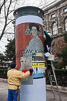 Europe/Autriche/Niederösterreich/Vienne: Afficheurs collant une affiche pour une exposition de Klimt sur Muséun Strasse -  Vienne Ville des Musées