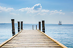 Italy, Veneto, Lake Garda, near Garda, Punta San Vigilio: headland with Locanda San Vigilio and small harbour - landing stage | Italien, Venetien, Gardasee, bei Garda: Punta San Vigilio, Landzunge mit der Locanda San Vigilio und kleinem Hafen - Bootsanleger
