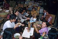 Asie/Vietnam/Hanoi: Dans un petit restaurant de rue du marché des vietnamiennes déjeunent