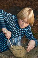 Kind, Junge macht Pesto aus Walnüssen, Sonnenblumenkernen, Olivenöl und Parmesankäse selbst, Walnuss, Walnuß, Wal-Nuss, Wal-Nuß, Nüsse, Ernte, Juglans regia, Walnut, Noyer commun, Sonnenblumen, Helianthus, Sunflower