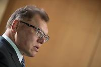 """Am Mittwoch den 11. Mai 2016 fand die 18. Sitzung des 2. NSU-Untersuchungsausschusses des Deutschen Bundestag statt. <br /> Als Zeugen waren gelanden: Kriminalhauptkommissar Mario Woetzel und der leitende Kriminaldirektor Michael Menzel.<br /> Kurz vor Sitzungsbeginn wurde dem Ausschuss durch die Bundesregierung mitgeteilt, dass (angeblich durch Zufall) ein Handy des V-Mannes """"Corelli"""" aufgetaucht sei. Das Handy wurde, nach Aussagen von Ausschussmitgliedern, schon 2015 gefunden, dies aber dem Ausschuss erst kurz vor der Sitzung am 11. Mai 2016 mitgeteilt. Es sollen sich ueber 200 Datensaetze mit Kontakten in die Naziszene in ganz Europa auf dem Handy befinden.<br /> Im Bild: Kriminaldirektor Michael Menzel. Dieser hatte nach einem Bankueberfall und dem Brand im Wohnmobil von Uwe Mundlos und Uwe Boehnhardt am 4. November 2011 in Eisenach die Ermittlungen geleitet. Diese fuehrten letztlich auf die Spur des Nationalsozialistischen Untergrunds (NSU).<br /> 11.5.2016, Berlin<br /> Copyright: Christian-Ditsch.de<br /> [Inhaltsveraendernde Manipulation des Fotos nur nach ausdruecklicher Genehmigung des Fotografen. Vereinbarungen ueber Abtretung von Persoenlichkeitsrechten/Model Release der abgebildeten Person/Personen liegen nicht vor. NO MODEL RELEASE! Nur fuer Redaktionelle Zwecke. Don't publish without copyright Christian-Ditsch.de, Veroeffentlichung nur mit Fotografennennung, sowie gegen Honorar, MwSt. und Beleg. Konto: I N G - D i B a, IBAN DE58500105175400192269, BIC INGDDEFFXXX, Kontakt: post@christian-ditsch.de<br /> Bei der Bearbeitung der Dateiinformationen darf die Urheberkennzeichnung in den EXIF- und  IPTC-Daten nicht entfernt werden, diese sind in digitalen Medien nach §95c UrhG rechtlich geschuetzt. Der Urhebervermerk wird gemaess §13 UrhG verlangt.]"""