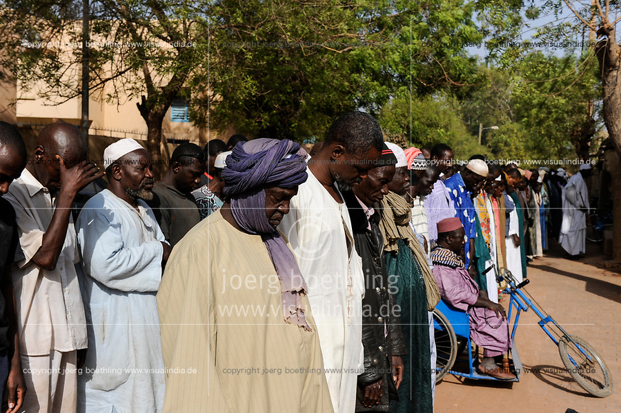 MALI Mopti , The Grand Mosque, commonly called the Mosque of Komoguel, friday prayer / Grosse Moschee , Freitagsgebet