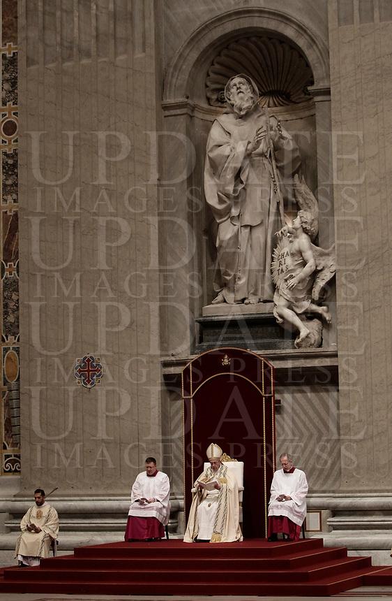 Papa Francesco celebra la preghiera dei Primi Vespri e Te Deum in ringraziamento per l'anno trascorso. Città del Vaticano, 31 dicembre 2017.<br /> Pope Francis prays as he presides the new year's eve Vespers and Te Deum prayer in Saint Peter's Basilica at the Vatican, on December 31, 2017.<br /> UPDATE IMAGES PRESS/Isabella Bonotto<br /> <br /> STRICTLY ONLY FOR EDITORIAL USE