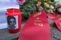 """Gedenken an Ehrenmord-Opfer Hatun Sueruecue in Berlin.<br /> Am Dienstag den 7. Februar 2017 wurde in Berlin-Tempelhof der am 7.2.2005 ermordeten Deutsch-Kurdin Hatun Sueruecue gedacht. Die 21jaehrige Frau wurde von ihrer Familie ermordet, weil sie sich nicht an die """"traditionellen"""" Werte gehalten hat, eine Ausbildung zur Elektroinstallatoerin gemacht hat und mit ihrem unehelichen Kind ein selbstbestimmtes Leben fuehren wollte.<br /> Der Mord wurde in Abstimmung mit der Familie von ihren Bruedern durchgefuehrt, als Taeter wurde der damals minderjaehriger Bruder vorgeschickt. Zwei Brueder fluechteten in die Tuerkei.<br /> Im Bild: Eine Kerze, mit einem Portrait der ermordeten Hatun Sueruecue.<br /> 7.2.2017, Berlin<br /> Copyright: Christian-Ditsch.de<br /> [Inhaltsveraendernde Manipulation des Fotos nur nach ausdruecklicher Genehmigung des Fotografen. Vereinbarungen ueber Abtretung von Persoenlichkeitsrechten/Model Release der abgebildeten Person/Personen liegen nicht vor. NO MODEL RELEASE! Nur fuer Redaktionelle Zwecke. Don't publish without copyright Christian-Ditsch.de, Veroeffentlichung nur mit Fotografennennung, sowie gegen Honorar, MwSt. und Beleg. Konto: I N G - D i B a, IBAN DE58500105175400192269, BIC INGDDEFFXXX, Kontakt: post@christian-ditsch.de<br /> Bei der Bearbeitung der Dateiinformationen darf die Urheberkennzeichnung in den EXIF- und  IPTC-Daten nicht entfernt werden, diese sind in digitalen Medien nach §95c UrhG rechtlich geschuetzt. Der Urhebervermerk wird gemaess §13 UrhG verlangt.]"""