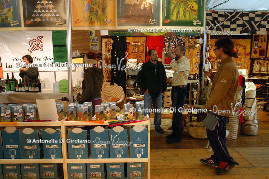 Bancarelle di artigianato e prodotti equosolidali..Stalls of crafts and fair trade products.....