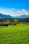 Deutschland, Bayern, Chiemgau: Vachendorf mit Kirche Mariae Himmelfahrt und den Chiemgauer Alpen | Germany, Bavaria, Chiemgau: Vachendorf with summit Hochgern of Chiemgau Alps