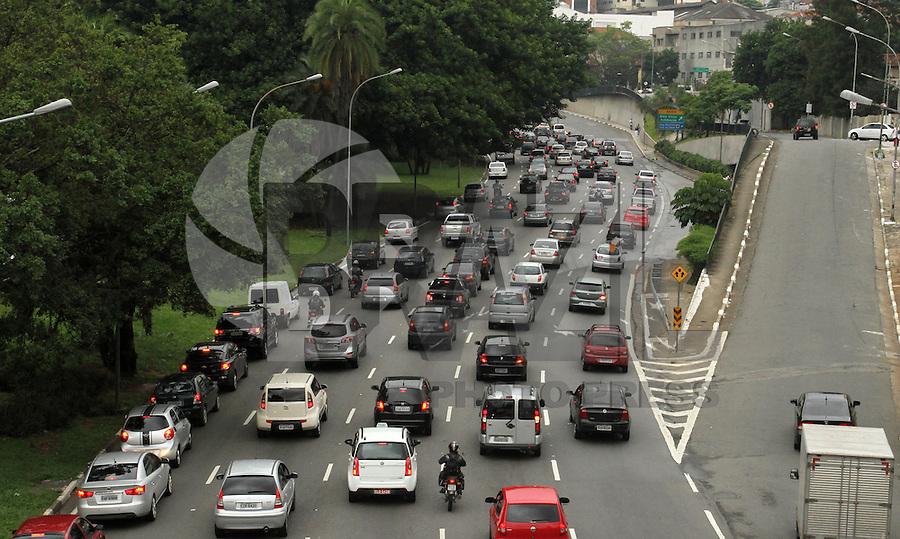 SAO PAULO, SP, 23 JANEIRO 2013 - TRANSITO EM SAO PAULO -  Chuva e excesso de veiculos e mesmo com a vigencia do rodizio deixa o Transito na 23 de maio engarrafado nesse inicio de noite no sentido zona sul na liberdade zona central da capital paulista nessa segunda, 21. (FOTO: LEVY RIBEIRO / BRAZIL PHOTO PRESS)..