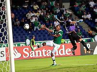 CALI - COLOMBIA - 12-02-2014: Jhon Viafara (Izq.) jugador del Deportivo Cali de Colombia, disputa el balón Roberto Fernandez (Der.) jugador del Cerro Porteño de Paraguay, durante partido entre Deportivo Cali y Cerro Porteño de la segunda fase, grupo 3, de la Copa Bridgestone Libertadores en el estadio Pascual Guerrero, de la ciudad de Cali. / Jhon Viafara (L) player of Deportivo Cali of Colombia, vies for the ball with Roberto Fernandez (R) player of Cerro Porteño of Paraguay, during a match between Deportivo Cali and Cerro Porteño for the second phase, group 3, of the Copa Bridgestone Libertadores in the Pascual Guerrero stadium in Cali city. Photo: VizzorImage / Juan C. Quintero / Str.