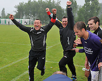 SV izegem speelt gelijk op rekkem en promoveert zo naar 3de provinciale : trainer Filip Debruyne uitzinning van vreugde .foto VDB / BART VANDENBROUCKE