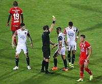 BUCARAMANGA - COLOMBIA, 21-04-2021: Fernando Echenique (ARG), árbitro, muestra la tarjeta amarilla a Angel Lucena de Cerrodurante partido del grupo H, fecha 1, entre América de Cali de Colombia y Cerro Porteño de Paraguay como parte de la Copa CONMEBOL Libertadores 2021 jugado en el estadio Alfonso López de la ciudad de Bucaramanga. / Fernando Echenique (ARG), referee, shows the yellow card to Angel Lucena of Cerro during the match of the group H, date 1, between America de Cali of Colombia and Cerro Porteño of Paraguay as part of Copa CONMEBOL Libertadores 2021 played at Alfonso Lopez stadium in Bucaramanga city. Photo: VizzorImage / Jaime Moreno / Cont