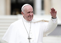 Papa Francesco saluta i fedeli al termined ell'udienza generale del mercoledi' in Piazza San Pietro, Citta' del Vaticano, 1 maggio 2019.<br /> Pope Francis waves to faithful as he leaves at the end of his weekly general audience in St. Peter's Square at the Vatican on May 1, 2019.<br /> UPDATE IMAGES PRESS/Isabella Bonotto<br /> <br /> STRICTLY ONLY FOR EDITORIAL USE