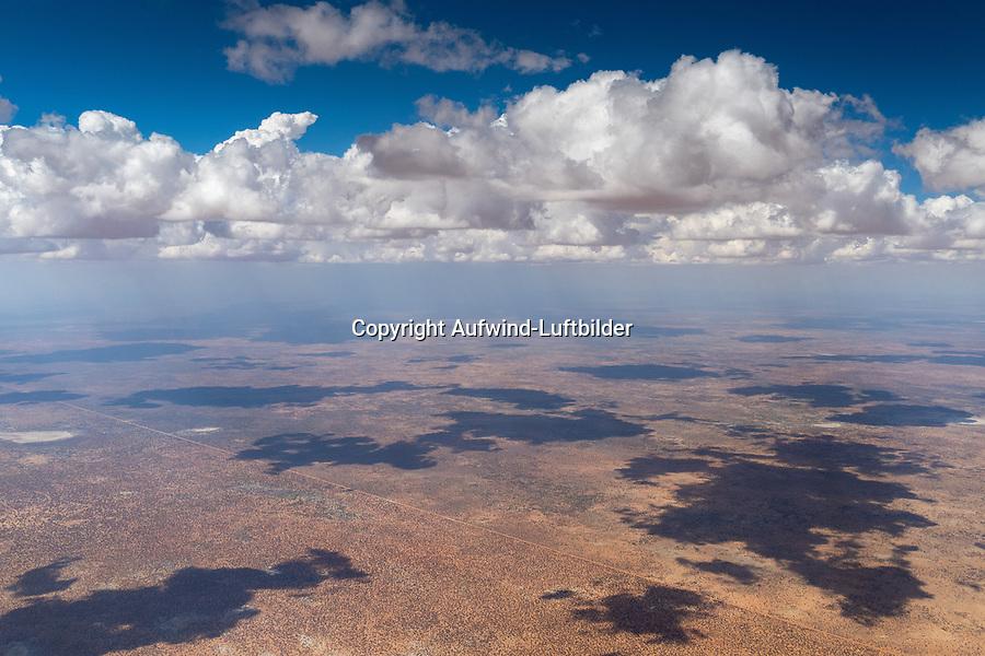 Grenzverlauf zwischen Nambia und Botwana: NAMIBIA, AFRIKA, 25.11.2019: Die Grenze zwischen Botswana und Namibia verläuft von einem Punkt am Nossob im Süden gemäß dem Artikel III des Vertrages zwischen dem Deutschen Reich und dem Vereinigten Königreich über die Kolonien und Helgoland vom 1. Juli 1890 zunächst nordwärts auf 20 Grad östlicher Länge bis zum 22. südlichen Breitengrad  ehe diese weiter gen Norden auf 21 Grad östlicher Länge verläuft. Die Grenze verläüft geographisch genau von Nord nach Süd. Heute wirkt der Zaun auch als Veterinärzaun. Veterinärzäune im südlichen Afrika sind Zäune, die zur Trennung von Nutztieren, die von Krankheiten frei sind und solchen, die nicht von Krankheiten frei sind, eingerichtet wurden.