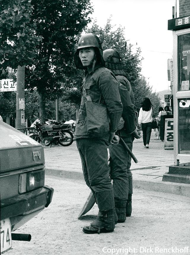 Polizei bei Demonstration in Kwangju, Korea 1986