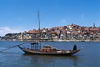 Portugal, Portweinboote auf dem Douro in Porto