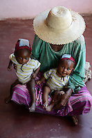 MADAGASCAR, Mananjary, canal des Pangalanes, village AMBOHITSARA, tribe ANTAMBAHOAKA, fady or taboo, according to the rules of their ancestors twin children are a taboo and not accepted in the society / MADAGASKAR, Mananjary, Dorf AMBOHITSARA, Zwillinge sind nach dem Ahnenkult ein Fady oder Tabu beim Stamm der ANTAMBAHOAKA, Frau Odile mit Zwillingen ROLLAND und ELSYÉ TOLOTRA