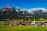 Oesterreich, Tirol, Ellmau mit Dorfkirche vor Wildem Kaiser | Austria, Tyrol, Ellmau with village church and Wilder Kaiser mountains