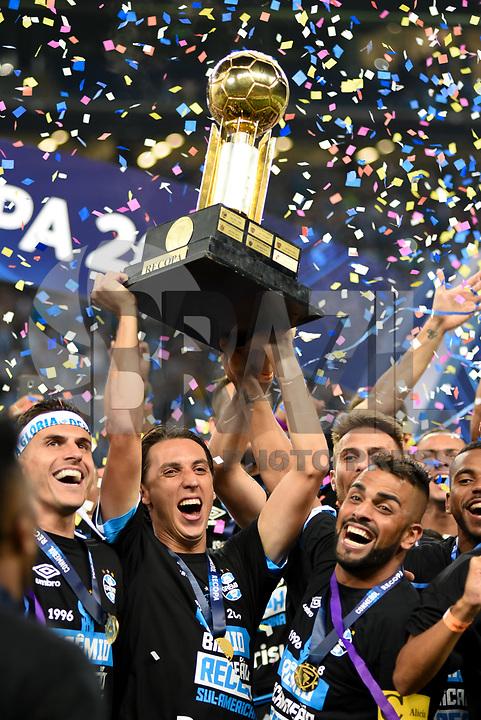 PORTO ALEGRE, RS, 21.02.2018 - GRÊMIO-INDEPENDIENTE-  O capitão Maicon e o zagueiro Geromel Grêmio, levantam a taça e comemoram o título da Recopa, partida contra o Independiente, válida pela final da Recopa Sul-Americana 2018, na Arena do Grêmio em Porto Alegre, nesta quarta-feira. (Foto: Rodrigo Ziebell/Brazil Photo Press)