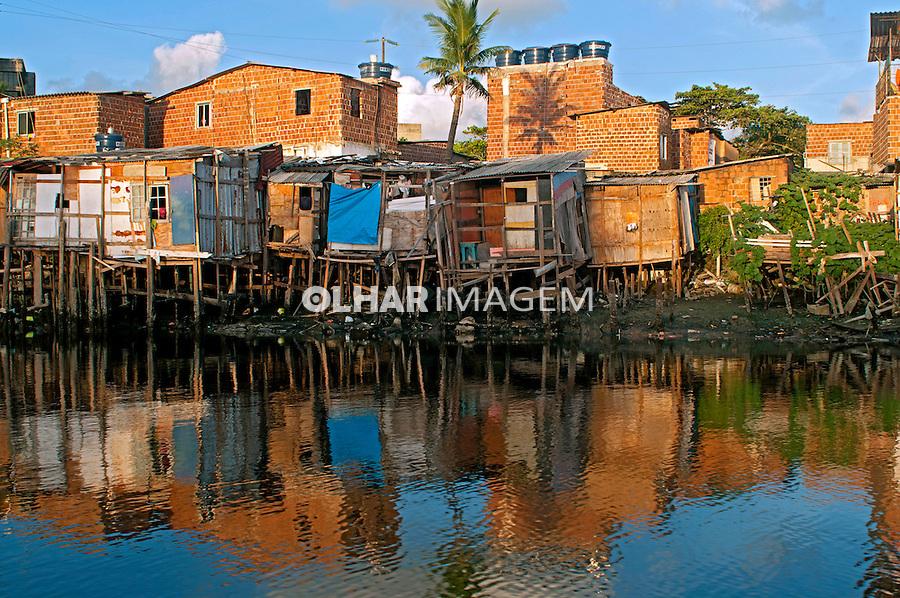 Palafitas na Favela do Coque e Rio Capibaribe em Recife. Pernambuco.2015. Foto de Joao Urban.