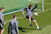 Bundestrainer Joachim Loew (Deutschland Germany) rettet den Ball akrobatisch vor dem Boden - Seefeld 30.05.2021: Trainingslager der Deutschen Nationalmannschaft zur EM-Vorbereitung